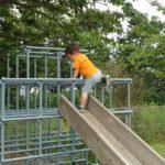 ジャングルジムと木製滑り台