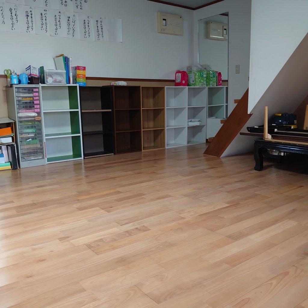 1階は、桜材でできた柔らかい風合いの素晴らしい床。入ると、つい駆け回りたくなる。