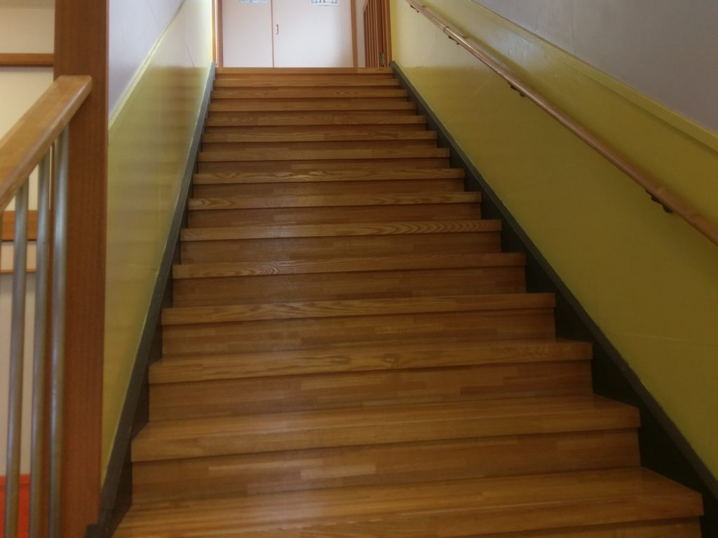 2階への階段。