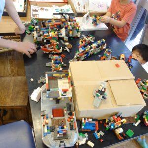部屋の一角には、レゴで力作づくりに熱中。
