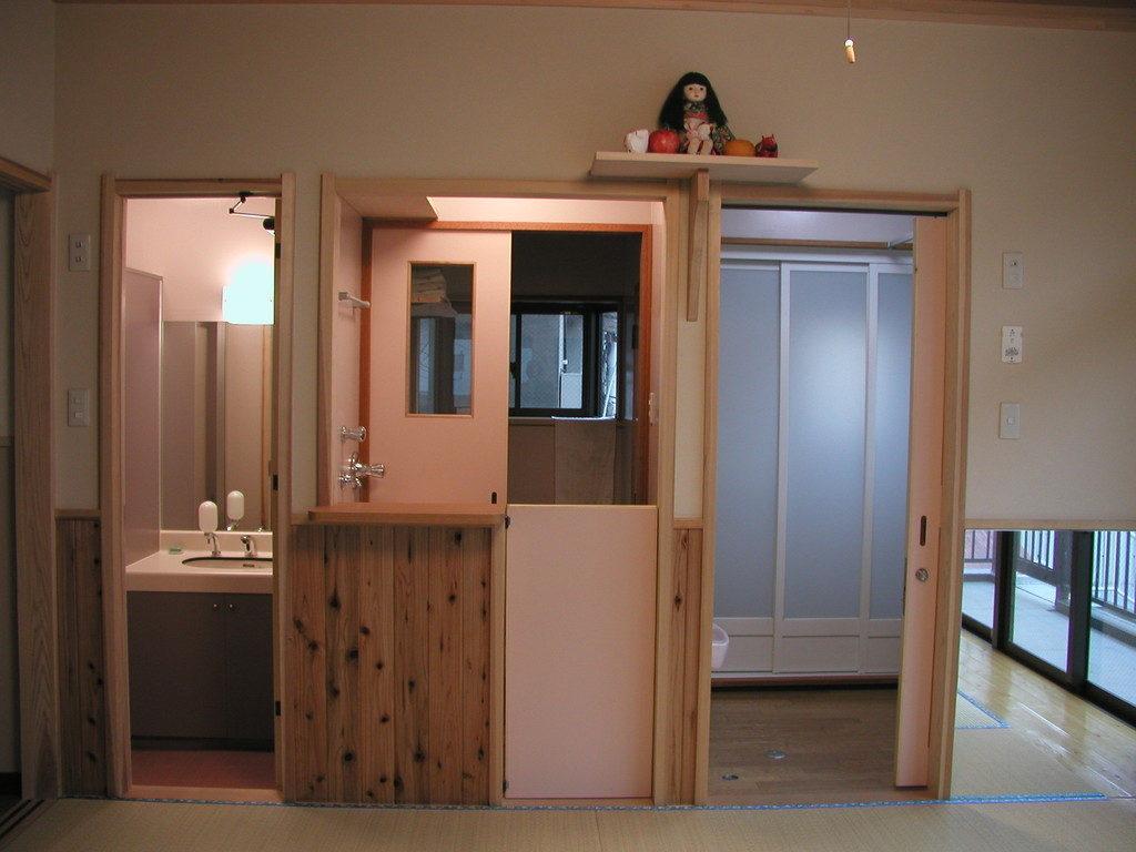 2階の一画は大人用のトイレ・洗面所・子供用トイレ・沐浴室・洗濯室・シャワー室が集められています
