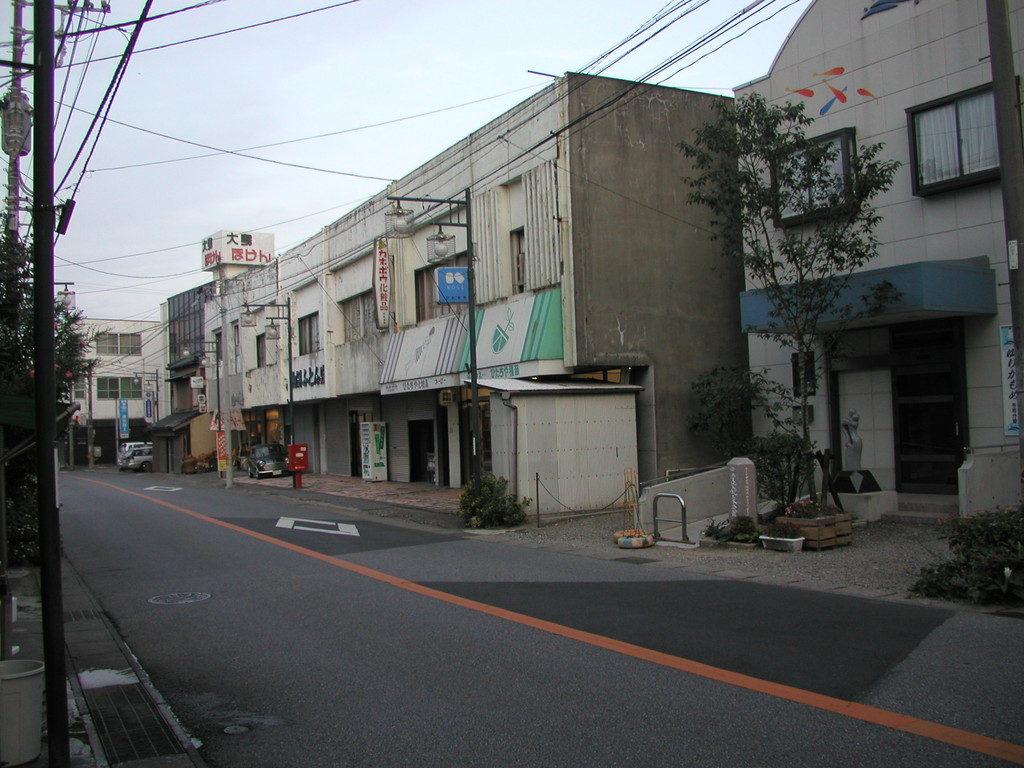 道路から直接入れる構え。ゆりかもめ寺町分館は一番右の建物
