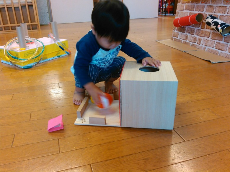 工夫された手作りおもちゃが小さな子どもたちを大いに刺激します