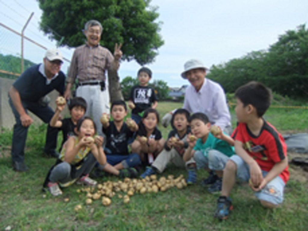 学童保育所支援隊の皆様と、取れたてのジャガイモたち。