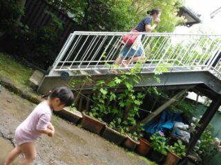 中庭からも外階段で2階へ通じる。