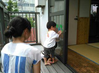 2階にも小さなベランダがあり、中と外との楽しいやり取りができる。