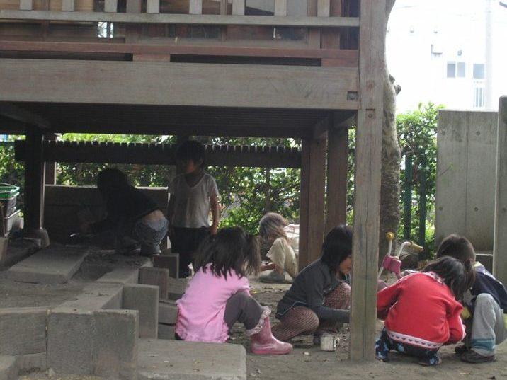 縁の下では、保育園の子ども達の格好の隠家になっています