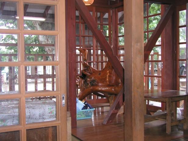 デッキの上には沖縄のマングローブで作られた魔女の椅子。一時保育の子等は、魔女の懐が大好きだ。