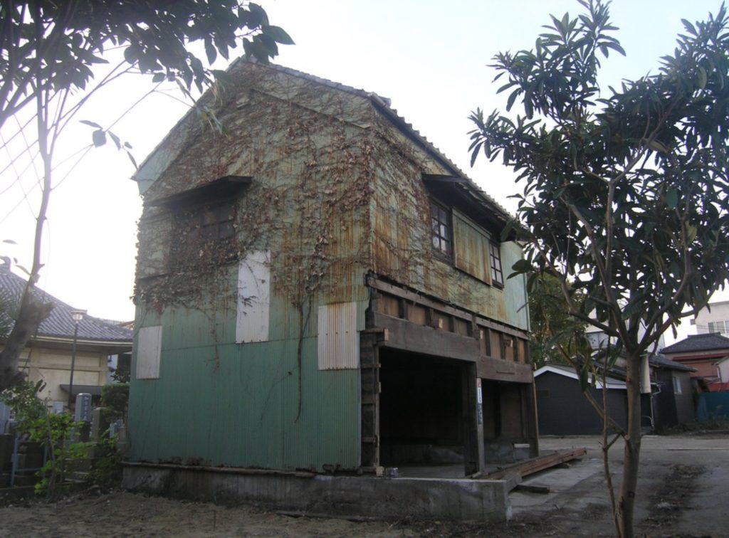 成り立ち②:瓦屋根に壁がトタンで防護された1棟の土蔵が残された。