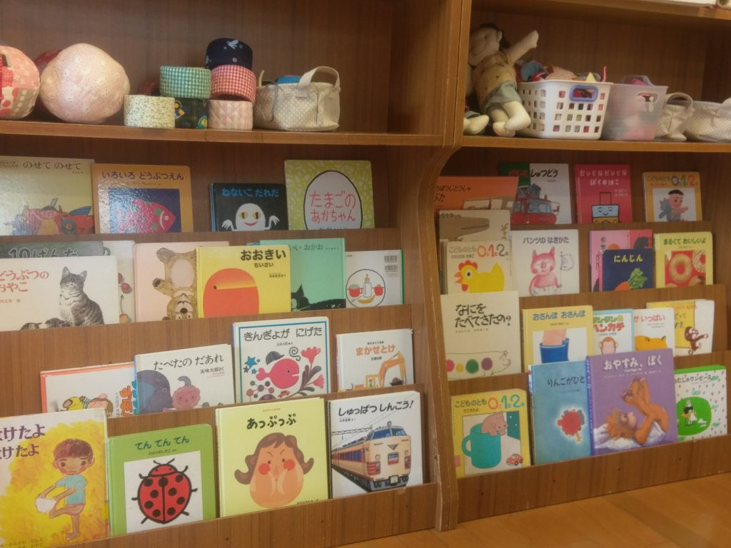 子どもたちが自由に読める絵本がたくさんあり、昼前には先生や母達の読み聞かせがはじまる。