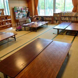 広い机には、遊びたいものを広げたい放題!