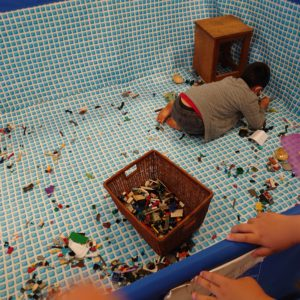 プールの中にもレゴに夢中になっている姿が。