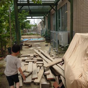 線路側のスペースは、ある時はテントが張られ、ある時はロープが下がり、様々に形を変えます。